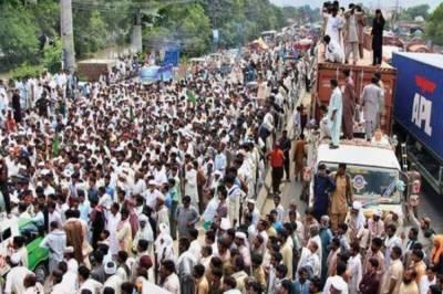 مطالبات منوانے کے لیے کسان لاہور کی سڑکوں پر آ گئے