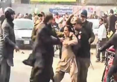 احتساب عدالت کے باہر لیگی کارکنوں کا احتجاج، پولیس کا لاٹھی چارج