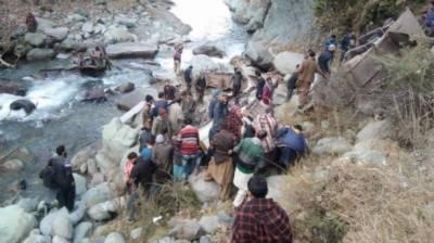 مقبوضہ کشمیر :مسافر بس گہری کھائی میں گرنے سے 23افراد جاں بحق،12زخمی
