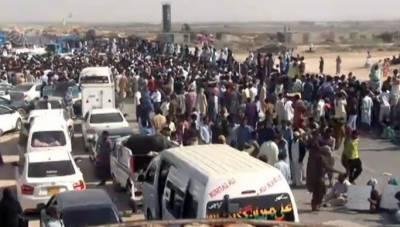 کراچی:بحریہ ٹاؤن کے ملازمین کا تنخواہیں نہ ملنے پراحتجاج,سپرہائی وے بند