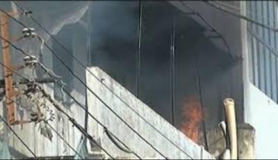 کراچی:تولیہ فیکٹری کی تیسری منزل پرپھر آگ بھڑک اٹھی,فائر بریگیڈآگ بجانے میں مصروف