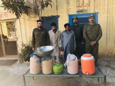 سیالکوٹ : گاؤں گجرال میں پولیس کا چھاپہ، 70 لیٹر شراب و آلات برآمد،2 ملزمان گرفتار