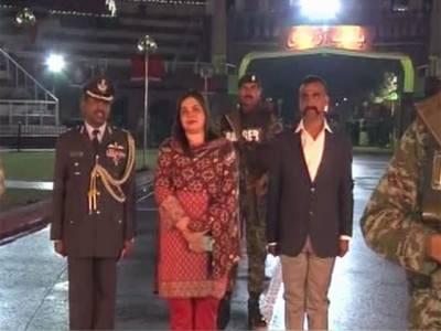 کشیدگی کے خاتمے کیلئے پاکستان کی پہل،گرفتار بھارتی پائلٹ کو واہگہ بارڈر پر بھارتی حکام کے حوالے کردیا گیا