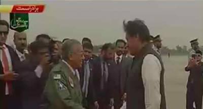 وزیراعظم عمران خان نے مہاتیر محمد کو جیکٹ تحفے میں دی