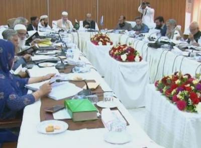 اسلامی نظریاتی کونسل نے نیب اور پولیس کی جانب سے ملزمان کو ہتھکڑیاں پہنانے کو شریعت اور قانون کے خلاف قرار دے دیا