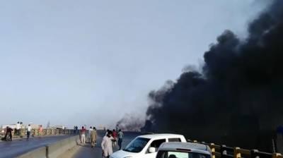 کراچی : گلبائی پل پرآئل ٹینکر الٹ گیا، آگ بھڑک اٹھی