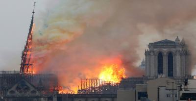 پیرس : تاریخی گرجا گھرمیں لگنے والی آگ بجھا دی گئی