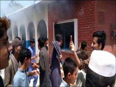 پشاور میں پولیو ویکسی نیشن سے بچوں کی طبیعت خراب، مشتعل افراد نے مرکز صحت نذر آتش کردیا