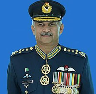 چیف آف دی ایئر سٹاف ایئر چیف مارشل مجاہد انور خان نے پاکستانایئر فورس کے افسران اورایئرمین میںغیرآپریشنل فوجی ایوارڈز تقسیم کیے