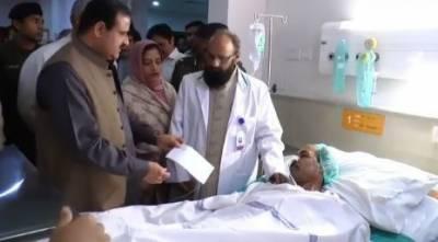 لاہور:وزیراعلیٰ پنجاب کا میوہسپتال کا دورہ،زخمیوں میں چیک تقسیم