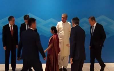 بھارتی وزیر خارجہ سشما سوراج بوکھلاہٹ کا شکار،پاکستانی وزیر خارجہ شاہ کےساتھ کھڑے ہوکر فوٹوکھینچواناپسند نہ آیا