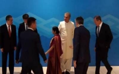 بھارتی وزیرخارجہ کاروایتی تنگ نظری کا مظاہرہ،شاہ محمود قریشی کے ساتھ فوٹوکھینچواناسشما سوراج کو پسند نہ آیا