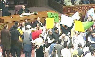 بجٹ اجلاس: اپوزیشن کا آدھی تقریر کے بعد احتجاج، حکومتی واپوزیشن ارکان گتھم گتھا