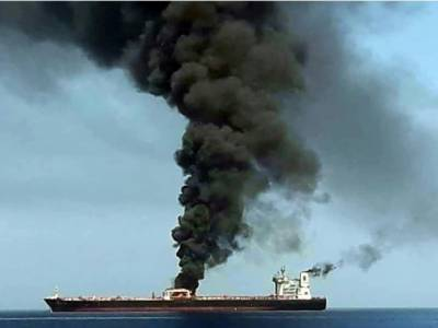خلیج عمان میں دو تیل بردار بحری جہازوں پر حملہ، ایک جہاز میں آگ لگ گئی