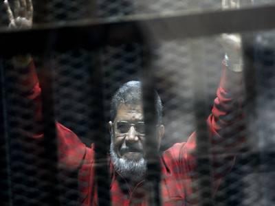 مصر کے سابق صدر محمد مرسی کمرہ عدالت میں بے ہوشی کے بعد انتقال کرگئے