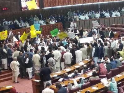 قومی اسمبلی کا بجٹ سیشن کا اجلاس پھر ہنگامہ آرائی کی نظر، شہباز شریف کی تقریر کے دوران شدید نعرے بازی، اجلاس ملتوی