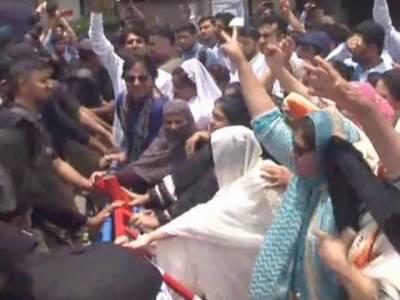 کراچی:مطالبات کے حق میں نرسوں کا احتجاج، سی ایم ہا ﺅس جانے پر پولیس کا کریک ڈا ﺅن