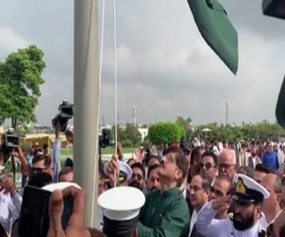 وزیرِاعلی سندھ کی مزارِ قائد پر حاضری,پرچم کشائی