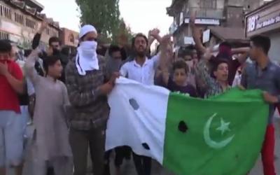 مقبوضہ کشمیر: عوام کرفیو توڑ کر باہر نکل آئے، فائرنگ سے ایک نوجوان شہید، درجنوں زخمی
