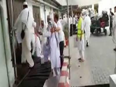 پشاور ائیرپورٹ پر حجاج کرام زم زم کے کین لینے کیلئے لگیج بیلٹ پر چڑھ دوڑے