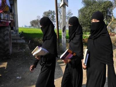 پشاور: اسکول کی طالبات کیلئے عبایا کو لازمی قرار دینے کا حکم نامہ منسوخ