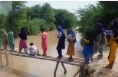 بدین: گاوں چندو کولہی کے سیکڑوں طلبا جان ہتھیلی پر رکھ کے سکول جانے پر مجبور