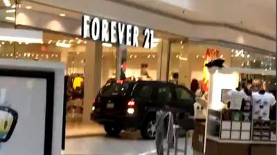 امریکا: شاپنگ مال میں گاڑی گھس گئی ،2افراد زخمی