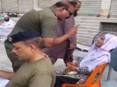بزرگ خاتون کے ساتھ بد تمیزی کرنے والا پولیس اہلکار نوکری سے برخاست