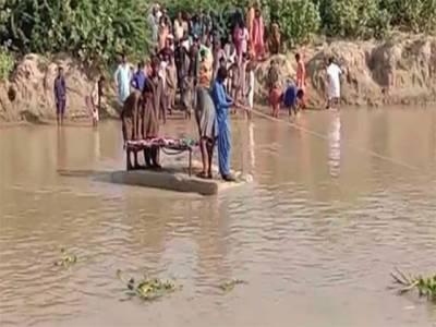 سجاول: نہرپر پل نہ ہونے کی وجہ سے میت کی تدفین امتحان بن گئی ، میت تھرموپور شیٹ پر رکھ کر قبرستان پہنچائی