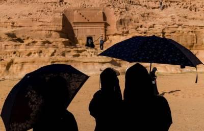 سعودی عرب نے خواتین سیاحوں کیلئے عبایا کی شرط ختم کردی