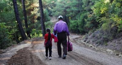 ترکی : قرض لیکر باپ نے بیٹی کے سکول جانے کیلئے سڑک بنادی