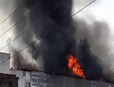 گوجرانوالہ:گتے کی فیکٹری میں آگ,لاکھوں کا سامان جل کر خاکستر