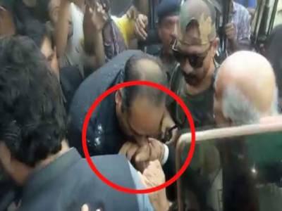 احتساب عدالت: دوران ڈیوٹی خورشید شاہ کا ہاتھ چومنے والا پولیس اہلکار معطل