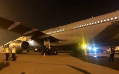 موسم کی خرابی، برطانوی شاہی جوڑے کا طیارہ لاہور میں دوبارہ لینڈ کر گیا