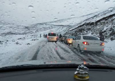 بابو سر ٹاپ پر برفباری، ٹریفک کی آمدورفت مکمل طورپر بند