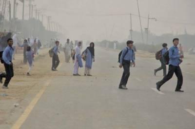 لاہور:چھٹی کا تاخیر سے اعلان ہونے کی وجہ سے طلبہ کی بڑی تعداد سکولوں میں پہنچ گئی