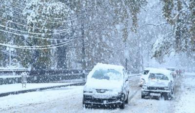 مقبوضہ کشمیر:شدید برف باری نے بھارتی محاصرے کا شکار لوگوں کی مشکلات میں مزید اضافہ کر دیا