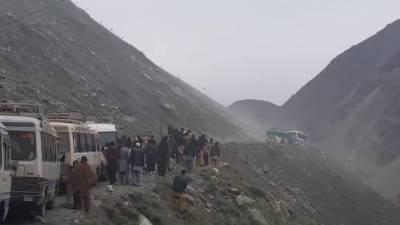 شاہراہ قراقرم لینڈ سلائیڈنگ کے باعث مختلف مقامات پر بند