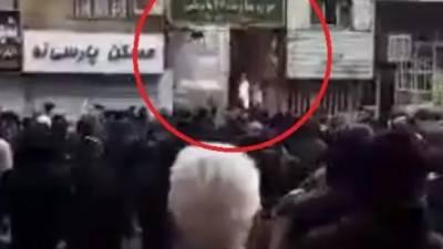 ایران:مشتعل ہجوم نے بسیج فورس کے مرکز کو آگ لگا دی،جھڑپوں میں9ہلاک