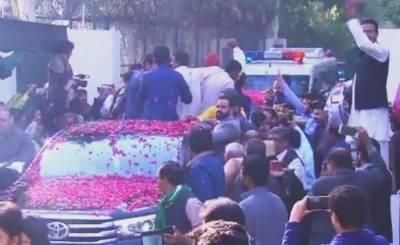 کارکنان صبح سویرے ہی جاتی امراءپہنچے،محفوظ سفر کےلئے دعائیں،گاڑی پر گل پاشی