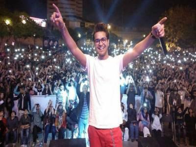 کنسرٹ کے دوران عاصم اظہر پر جوتا پھینکنے کی ویڈیو وائرل