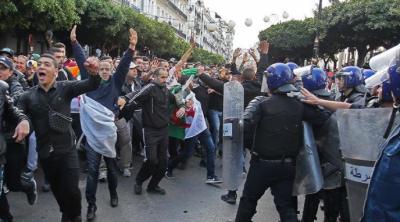 الجزائر میں احتجاجی مظاہرے، کئی پولنگ مراکز نذر آتش