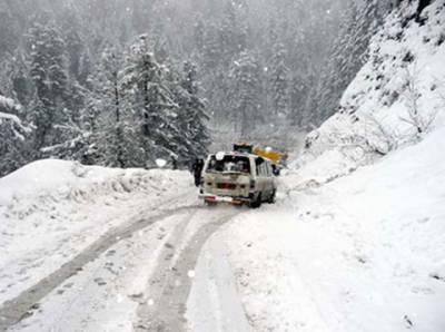 ملک کے بیشتر علاقوں میں آئندہ چوبیس گھنٹوں میں ہلکی بارش اور پہاڑوں پر ہلکی برف باری کا امکان ہے.محکمہ موسمیات
