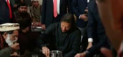 وزیراعظم عمران خان نے پناہ گاہ میں کھانا کھایا