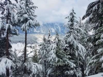 ملک میں کہیں کہیں بارش اور پہاڑوں پر برفباری کا امکان