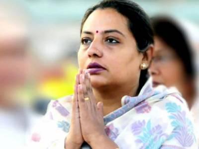 گائے کو چھونے سے منفی سوچ دور ہوتی ہے. بھارتی وزیریشو متی ٹھاکر