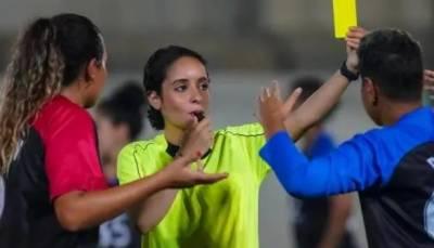 فٹبال ریفری شِپ میں مردوں کی اجارہ داری کو چیلنج کرنے والی سعودی خاتون