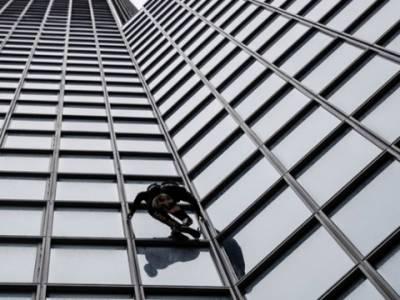 فرنچ سپائیڈرمین کا48 منزلہ عمارت پر چڑھ کر پنشن اصلاحات کے خلاف احتجاج کے شرکاء سے اظہار یکجہتی