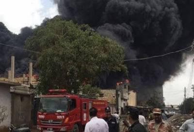 کراچی:چمڑا چورنگی کے قریب فیکٹری آگ لگ گئی,ایک شخص جھلس کر جاں بحق