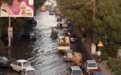 کراچی:پانی کی لائن پھٹنے سے سڑکیں زیر آب آگئیں